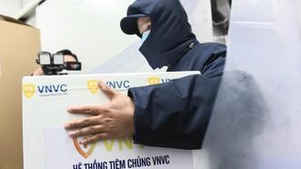 Vaccine Covid-19 của AstraZeneca được vận chuyển đến Bệnh viện Bệnh Nhiệt đới TPHCM để tiêm cho các y bác sĩ. Ảnh: VNVC