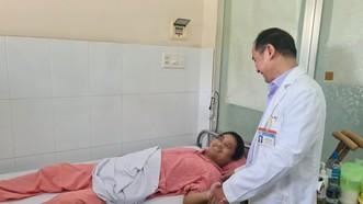 TS Ngô Đức Hiệp, Trưởng khoa phỏng và phẫu thuật tạo hình Bệnh viện Chợ Rẫy đang thăm khám cho bệnh nhân
