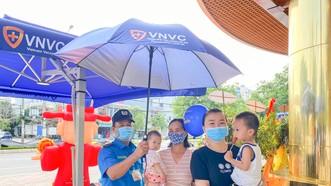 Phụ huynh đưa trẻ đến tiêm chủng tại VNVC Đồng Hới (Quảng Bình)