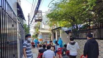 Nhân viên y tế lấy mẫu xét nghiệm cho người dân cư ngụ tại đường 210, khu phố 5, phường Tăng Nhơn Phú A, TP Thủ Đức