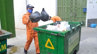 Nhân viên vệ sinh thu gom rác trên địa bàn thành phố