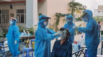 Nhân viên y tế lấy mẫu tầm soát cộng đồng. Ảnh: HCDC