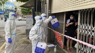 Nhân viên y tế phát thuốc tại nhà cho F0 ở quận 3
