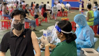 Tiêm vaccine phòng Covid-19 tại điểm tiêm quận 1 sáng 19-9. Ảnh: CAO THĂNG
