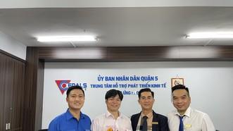 Đại diện công ty TNHH TM Chí Minh là doanh nghiệp đầu tiên nhận giấy phép kinh doanh sau khi thay đổi địa giới