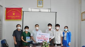 Công ty Điện lực Hóc Môn ủng hộ 120 triệu đồng phòng chống dịch Covid-19
