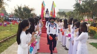 Các tân binh đi qua cầu vinh quang trong buổi lễ lên đường nhập ngũ, tại huyện Bình Sơn, tỉnh Quảng Ngãi, ngày 27-2-2021. Ảnh: NGUYỄN TRANG