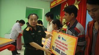Hội Hỗ trợ khắc phục hậu quả bom mìn Việt Nam trao hỗ trợ sinh kế cho nhân dân Quảng Ngãi