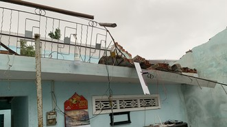 Quảng Ngãi: Lốc xoáy làm nhà dân ven biển bị tốc mái, ngã đổ cây