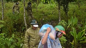 Quảng Ngãi: Tìm đường xuyên núi tiếp cận người dân bị chia cắt do mưa lớn
