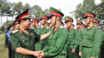 Thiếu tướng Phan Văn Xựng, Chính ủy Bộ Tư lệnh TPHCM động viên chiến sĩ hoàn thành nghĩa vụ quân sự. Ảnh: Báo Quân khu 7