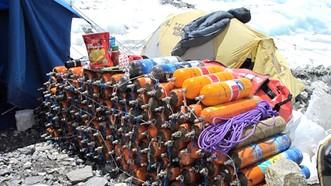 Nepal tái sử dụng bình oxy của các nhà leo núi