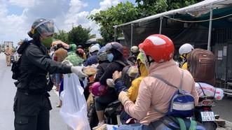 Sóc Trăng tiếp nhận gần 1.000 người dân đi xe máy về quê