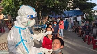 Nhân viên y tế quận Sơn Trà lấy mẫu xét nghiệm cho người dân khu vực quận Sơn Trà