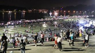 Du khách vui chơi tại quảng trường Lâm Viên, Đà Lạt tối ngày 1-5. Ảnh: ĐOÀN KIÊN
