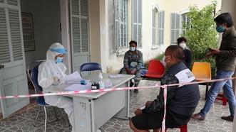 Người dân lấy mẫu xét nghiệm SARS-CoV-2 tại CDC tỉnh Lâm Đồng