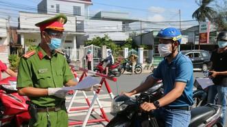 Lực lượng chức năng kiểm tra giấy tờ của người dân khi ra đường có việc cấp thiết.