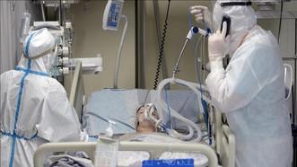 Nhân viên y tế điều trị cho bệnh nhân COVID-19 tại bệnh viện ở Saint Petersburg, Nga. Ảnh: AFP/TTXVN