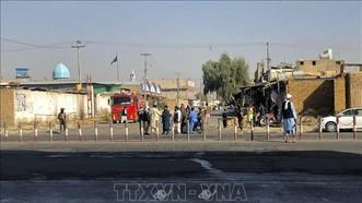Các thành viên Taliban gác gần hiện trường vụ nổ tại thánh đường Hồi giáo ở thành phố Kandahar, Afghanistan ngày 15-10-2021. Ảnh: AFP/TTXVN