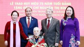 Chủ tịch nước Nguyễn Xuân Phúc cùng các đồng chí  lãnh đạo, nguyên lãnh đạo Đảng, Nhà nước  với đồng chí Nguyễn Thị Bình