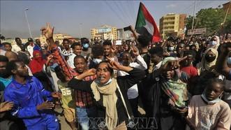 Người dân Sudan tuần hành phản đối cuộc đảo chính quân sự tại Khartoum, ngày 25-10-2021. Ảnh: AFP/TTXVN