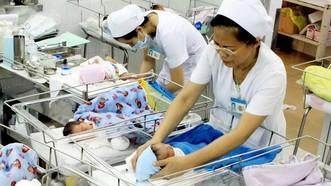 Người dân TPHCM và nhiều tỉnh có mức sinh thấp có thể được thưởng tiền nếu sinh đủ 2 con