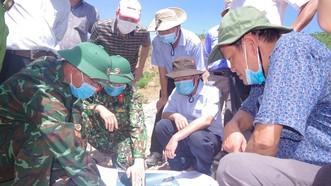 Trung tá Phan Thắng, Phó Chỉ huy trưởng, Tham mưu trưởng Bộ CHQS tỉnh Thừa Thiên – Huế báo cáo với lãnh đạo tỉnh này về địa hình khu vực sẽ tìm kiếm các nạn nhân lần thứ 5.