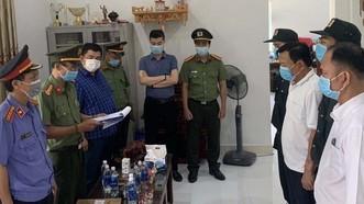 Công an đọc lệnh bắt tạm giam Đỗ Chí Thành (áo thun) 