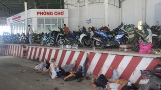 Người dân vật vờ chờ khai báo y tế tại chốt kiểm soát dịch bệnh Covid-19 ở Lăng Cô
