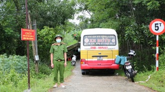 Lực lượng chức năng lập chốt kiểm soát ở địa bàn huyện Hương Sơn, tỉnh Hà Tĩnh