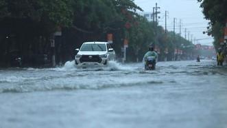 Nhiều tuyến đường ở trung tâm TP Hà Tĩnh ngập trong biển nước