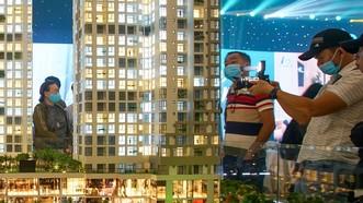 Người mua nhà và nhà đầu tư xem nhà mẫu tại những dự án mới  (ảnh chụp thời điểm TPHCM chưa thực hiện Chỉ thị 16). Ảnh: HOÀNG HÙNG