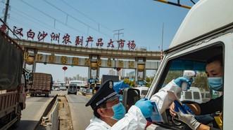 Kiểm tra thân nhiệt tài xế vận chuyển hàng tại Trung Quốc