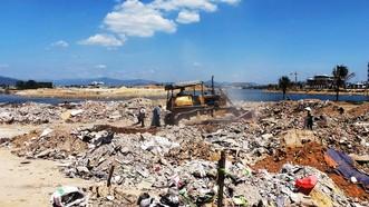 Doanh nghiệp sử dụng đất đá, xà bần và cả rác thải san lấp tại khu vực hạ du các nhánh sông Hà Thanh