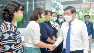Chủ tịch UBND TPHCM Nguyễn Thành Phong thăm cán bộ, y bác sĩ Trung tâm Kiểm soát bệnh tật TPHCM. Ảnh: CAO THĂNG
