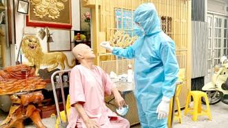 Trung tâm Y tế quận 6 đã tổ chức lấy mẫu xét nghiệm virus SARS-CoV-2 cho Ban Trị sự chùa Thiên Khánh