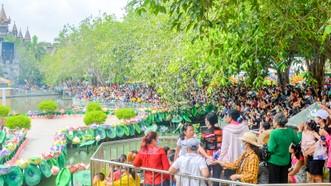 Đông đảo du khách tham quan Suối Tiên vào ngày 21-4. Ảnh: NGỌC ÁNH