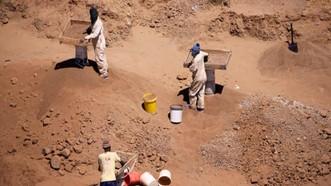 Các thợ mỏ làm việc ở Nam Phi. Ảnh: Guardian