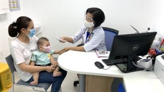 Phụ huynh đưa trẻ đi tiêm chủng mùa dịch sẽ được tư vấn sàng lọc kỹ  nhằm đảm bảo phòng chống dịch
