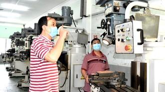 Thầy Trần Đình Khải, Trường CĐ Lý Tự Trọng vận hành lại máy móc tại xưởng Cơ khí chuẩn bị đón sinh viên trở lại. Ảnh: QUANG HUY