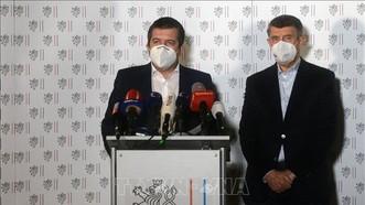 Thủ tướng Andrej Babis (phải) và Ngoại trưởng Jan Hamacek tại cuộc họp báo ở Prague, CH Séc, ngày 17-4-2021. Ảnh: AFP/TTXVN