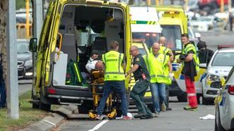 Một nạn nhân của vụ xả súng ở Christchurch được đưa lên xe cứu thương. Ảnh: Euronews