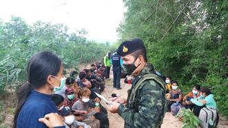 Cảnh sát Thái Lan kiểm tra người nhập cư từ Myanmar