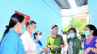 Ông Lê Hoàng Long (thứ hai từ trái qua) cùng các tổ viên tuyên truyền về công tác phòng chống dịch cho người dân ở dãy nhà trọ Nghinh Phong tại ấp 5, xã Phú Xuân, huyện Nhà Bè, TPHCM