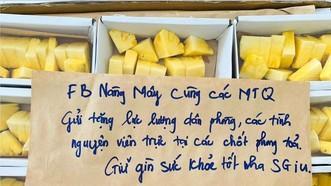 Lời đề tặng trên các túi quà do chị Kiều Thị Hồng Vân viết