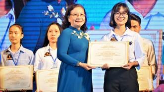 Các tân thủ khoa Trường ĐH Lạc Hồng nhận học bổng