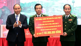 Thủ tướng tặng quà cho Bộ đội biên phòng. Ảnh: VGP