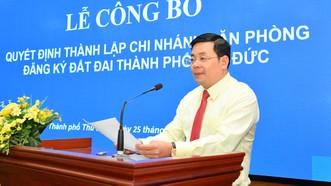 Giám đốc Sở Tài Nguyên Môi trường TPHCM Nguyễn Toàn Thắng công bố quyết định thành lập Chi nhánh Văn phòng Đăng ký Đất đai TP Thủ Đức. Ảnh: VIỆT DŨNG