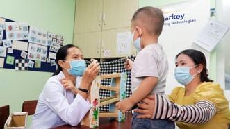 Nhân viên y tế Phòng khám đa khoa Trường Đại học Y khoa Phạm Ngọc Thạch điều trị cho trẻ bị rối loạn phổ tự kỷ