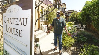 Anh Long trước căn hộ thuê ở Glendale, bang California